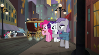 Maud Pie pointing at Pouch Pony S6E3