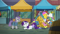 Rarity on the ground in front of Maud S6E3
