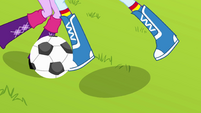 Rainbow Dash steals the ball EG