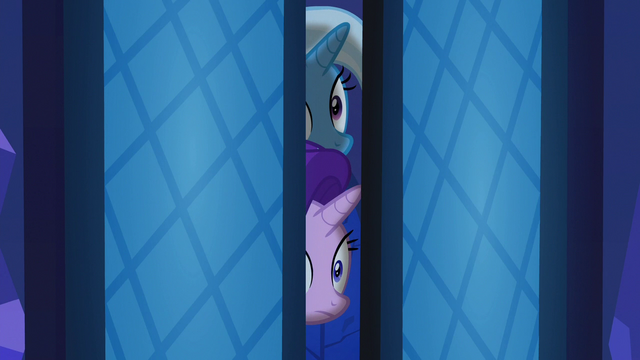 File:Starlight and Trixie peek into the throne room S6E25.png