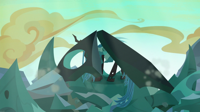 File:Queen Chrysalis emerging from the hive rubble S6E26.png