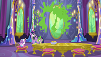 Twilight and Spike-shaped mural of mashed peas S7E3