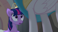 Twilight looking up at Princess Celestia S4E02