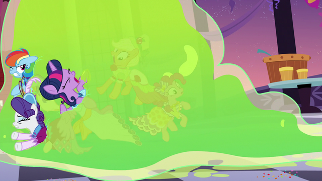 File:Twilight and friends smothered by Smooze S5E7.png