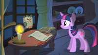 Twilight looking at Owlowiscious S1E24