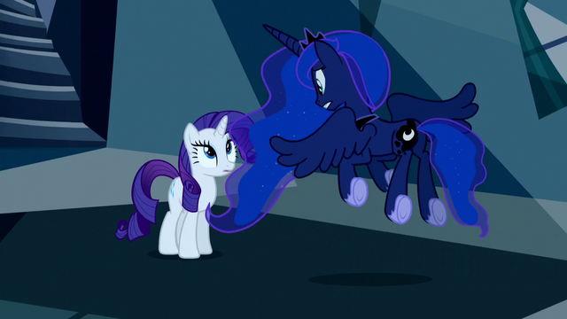 File:Princess Luna flutters in front of Rarity S5E13.png