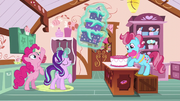 Starlight presents a cake to Mrs. Cake S6E6.png