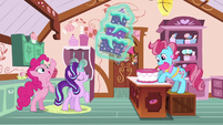 Starlight presents a cake to Mrs. Cake S6E6
