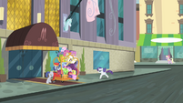 Rarity runs back to the hotel S4E08