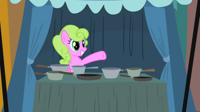 File:Daisy selling pans S2E12.png