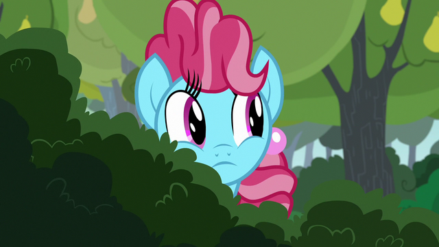 File:Chiffon Swirl looking past some bushes S7E13.png