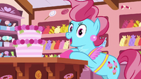 Mrs. Cake happy to see the Apple siblings S7E13