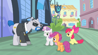Sweetie Belle glaring at Apple Bloom and Scootaloo S4E19