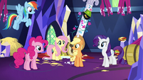 Applejack keeps the group together S5E3