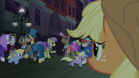 Applejack sees happy Manehattan ponies S5E16