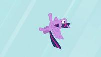 Twilight flying upside-down S4E01
