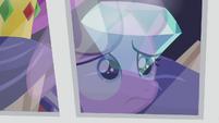 Diamond looking at a diamond through store window S5E18