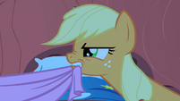 Applejack fighting over the covers S1E08