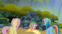 Spike scratching Applejack's back S3E9