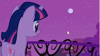 Twilight looking at the note fly away S1E24