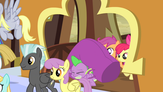 File:Spike carrying a heavy duffel bag S4E24.png