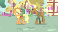 Trenderhoof levitating an apple S4E13