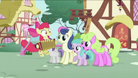 Apple Bloom playing an accordion S2E06
