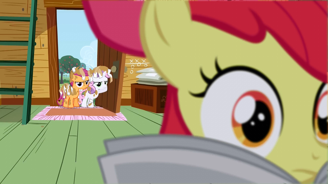 File:Apple Bloom reading the paper S2E23.png