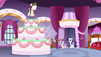 Rarity and Sweetie Belle find a giant cake S6E15