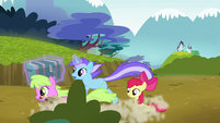 Daisy and Diamond Mint gallop past Apple Bloom S5E4