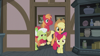 Apple family enters the Pie family kitchen S5E20