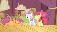 Scootaloo falls on the stage S4E05