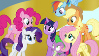 Twilight surrounded by her friends S4E26
