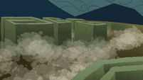 Blocks of hedges sinking into the ground S2E01