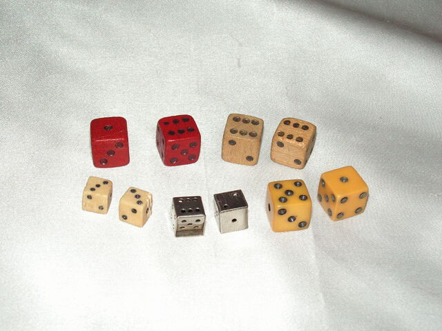 File:Monopoly dice - 1934 to 1940s.jpg