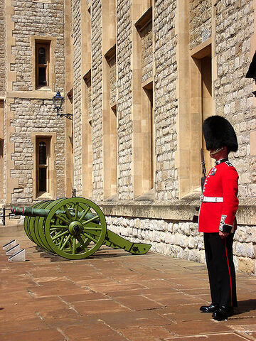 File:Jewel House guard in the Tower of London.JPG