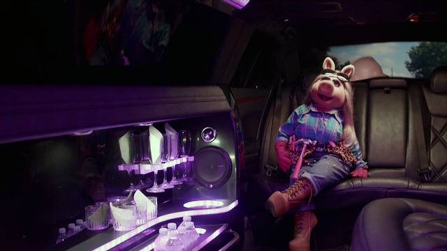 File:TheMuppets-S01E05-Piggy'sLimo.png
