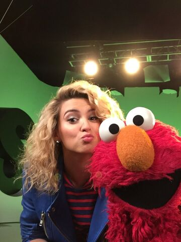 File:ToriKelly-Elmo.jpg