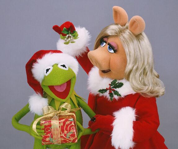 File:Miss-Piggy-Kermit-Christmas.jpg