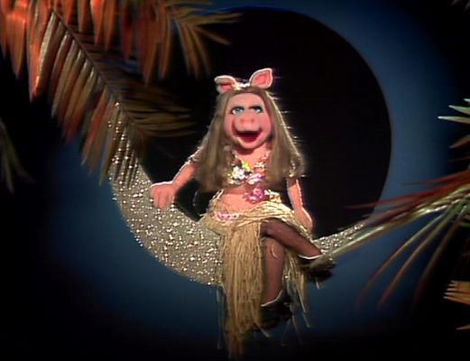 File:Miss piggy moon.jpg