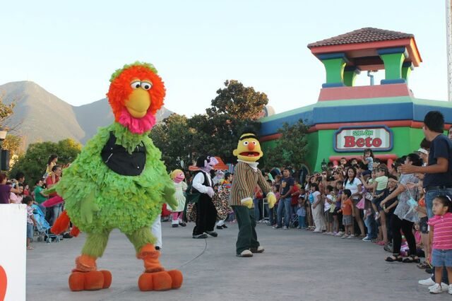 File:Abelardo Plaza Sesamo 2011.jpg