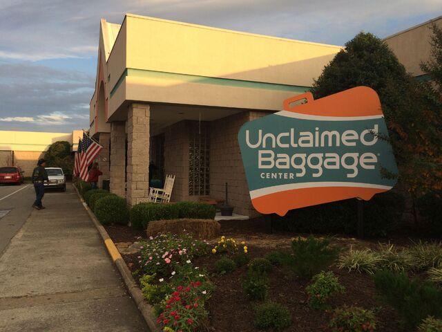 File:Unclaimed Baggage Center - Scottsboro, Alabama.jpg