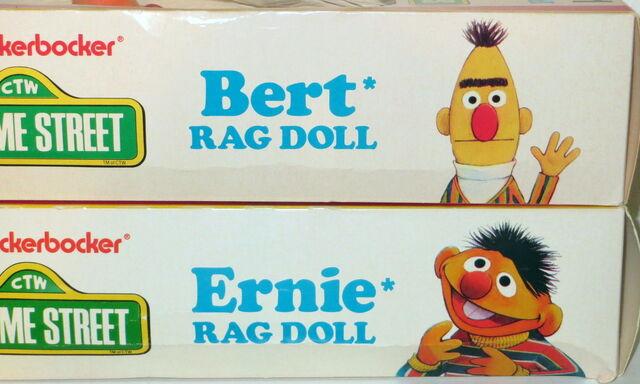 File:Knickerbocker 1976 rag dolls ernie bert plush 1.jpg
