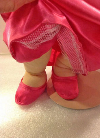 File:Piggy plush Presents - feet detail.jpg