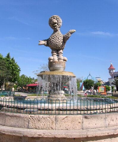 File:Parque-plaza-sesamo-abelardo-fountain.jpg