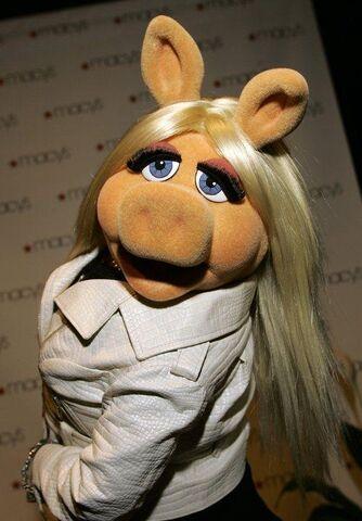File:Piggy arrives.jpg