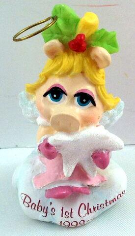 File:Carlton heirloom ornament 1993 baby piggy.jpg
