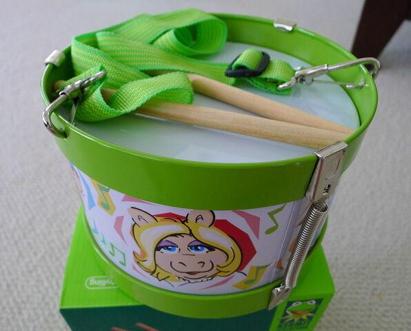 File:Schylling tin drum 2.jpg