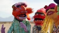 TheMuppets-S01E06-EM-OutsideFighting01