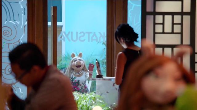 File:TheMuppets-S01E06-PiggyOutsideRestaurant.png